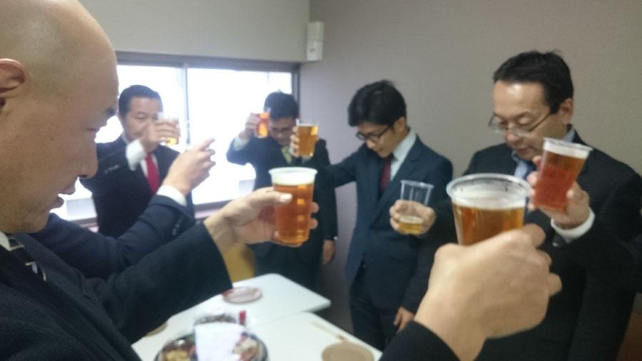 08ハウジング取締役宮部の音頭で乾杯
